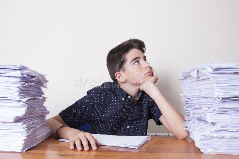 Σπουδαστής παιδιών στο γραφείο στοκ φωτογραφία με δικαίωμα ελεύθερης χρήσης