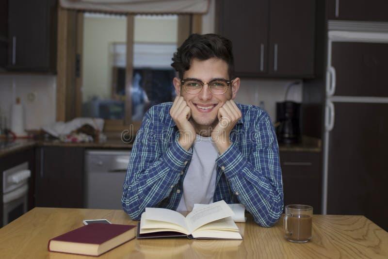 Σπουδαστής που μελετά και που διαβάζει τα βιβλία στο διαμέρισμα στοκ εικόνες με δικαίωμα ελεύθερης χρήσης