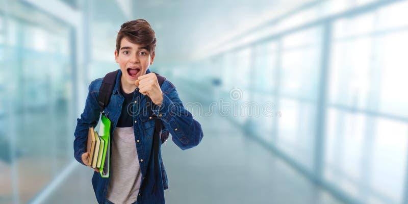Σπουδαστής που τρέχει στο σχολείο στοκ φωτογραφία
