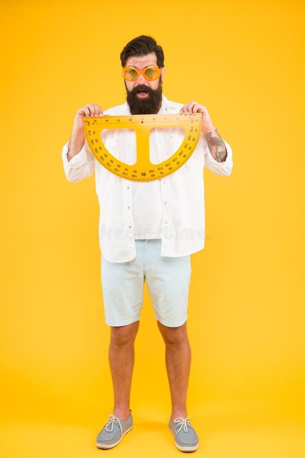 Σπουδαστής που χρησιμοποιεί την όργανο μέτρησης Σαλόνι κομμωτών κουρέων Διατηρήστε τη μορφή γενειάδων Γενειοφόρο nerd με το μοιρο στοκ φωτογραφία με δικαίωμα ελεύθερης χρήσης