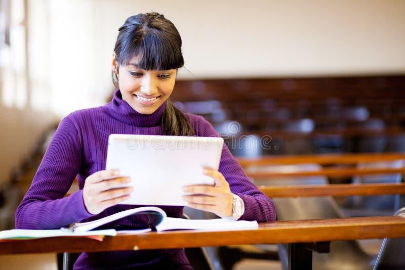 Σπουδαστής που χρησιμοποιεί τον υπολογιστή ταμπλετών στοκ φωτογραφία