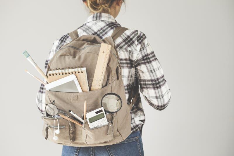 Σπουδαστής σακιδίων πλάτης με τους εξοπλισμούς χαρτικών στοκ φωτογραφία