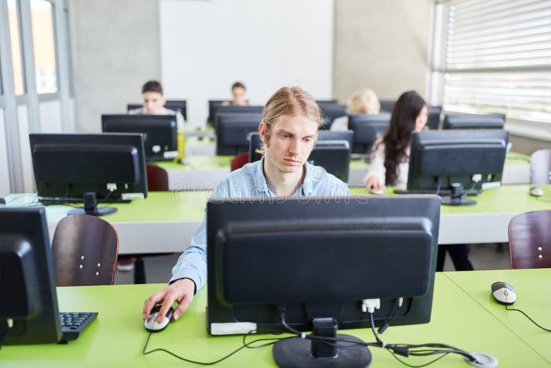 Σπουδαστής ΤΠ στη σειρά μαθημάτων υπολογιστών στοκ φωτογραφίες