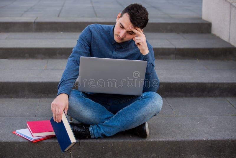 Σπουδαστής Preplexed που προετοιμάζεται για το διαγωνισμό στοκ φωτογραφία