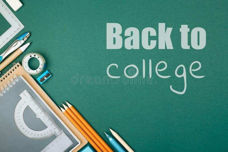Σπουδαστής ` s στάσιμος και επιγραφή πίσω στο κολλέγιο στοκ φωτογραφίες με δικαίωμα ελεύθερης χρήσης