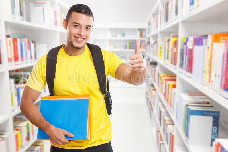 Σπουδαστών επιτυχίας επιτυχείς αντίχειρων copyspace επάνω μαθαίνοντας χαμογελώντας άνθρωποι βιβλιοθηκών αντιγράφων διαστημικοί στοκ φωτογραφία με δικαίωμα ελεύθερης χρήσης