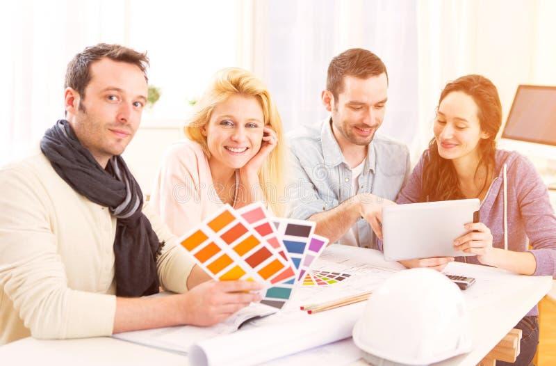 Σπουδαστές αρχιτεκτόνων που επιλέγουν τα χρώματα για το πρόγραμμά τους στοκ φωτογραφία