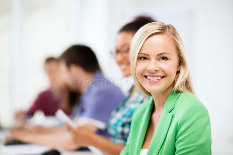 Σπουδαστές με τους υπολογιστές που μελετούν στο σχολείο στοκ εικόνα με δικαίωμα ελεύθερης χρήσης
