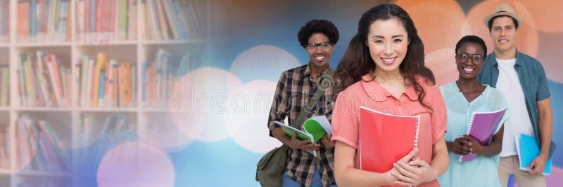 Σπουδαστές μπροστά από το υπόβαθρο ραφιών στοκ εικόνες