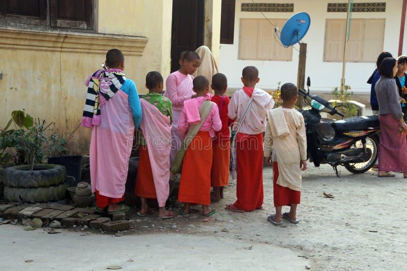Σπουδαστές νέων κοριτσιών σε ένα βουδιστικό σχολείο στοκ εικόνα