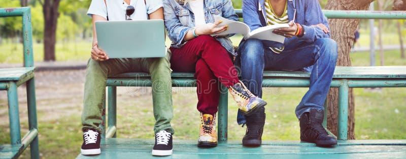Σπουδαστές ομάδας που μελετούν την έννοια λευκαντών μαζί στοκ εικόνα