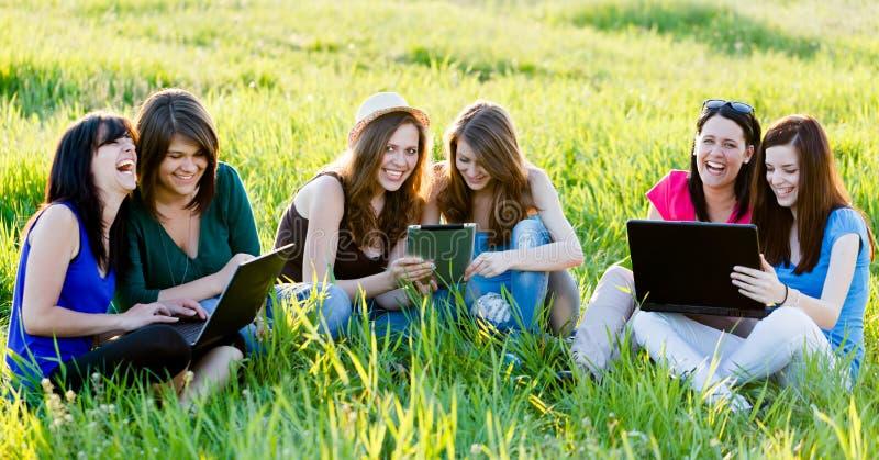 Σπουδαστές που έχουν τη διασκέδαση στο διαδίκτυο στοκ φωτογραφία