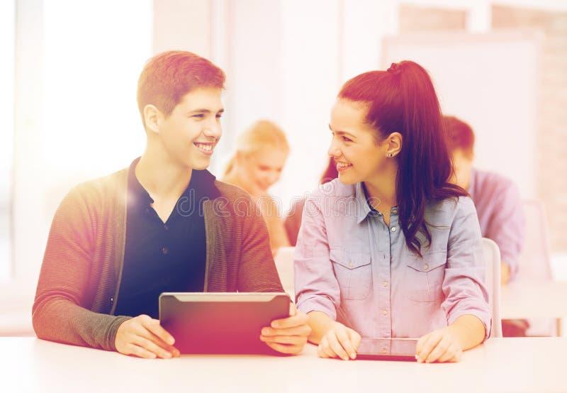 Σπουδαστές που εξετάζουν το PC ταμπλετών στη διάλεξη στο σχολείο στοκ φωτογραφίες με δικαίωμα ελεύθερης χρήσης