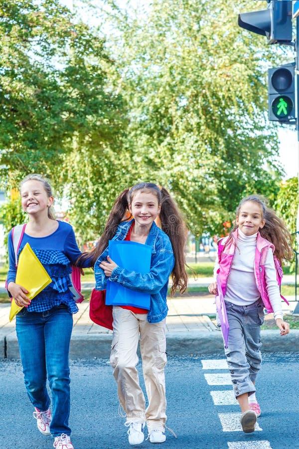Σπουδαστές που διασχίζουν το δρόμο στοκ εικόνα