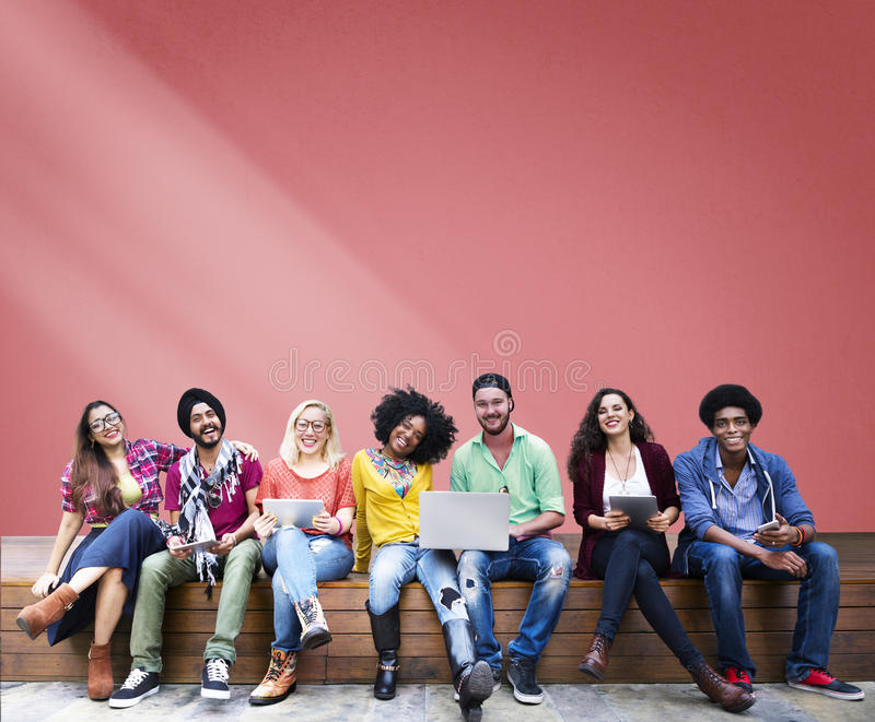 Σπουδαστές που κάθονται τα εύθυμα κοινωνικά μέσα εκπαίδευσης εκμάθησης στοκ φωτογραφίες με δικαίωμα ελεύθερης χρήσης