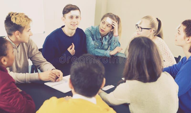 Σπουδαστές που παίζουν εικασία-ποιοι παιχνίδι στοκ εικόνες με δικαίωμα ελεύθερης χρήσης