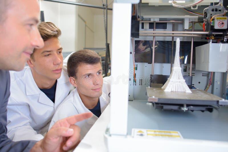 Σπουδαστές που προσέχουν το πείραμα τον πύργο του Άιφελ στοκ εικόνα