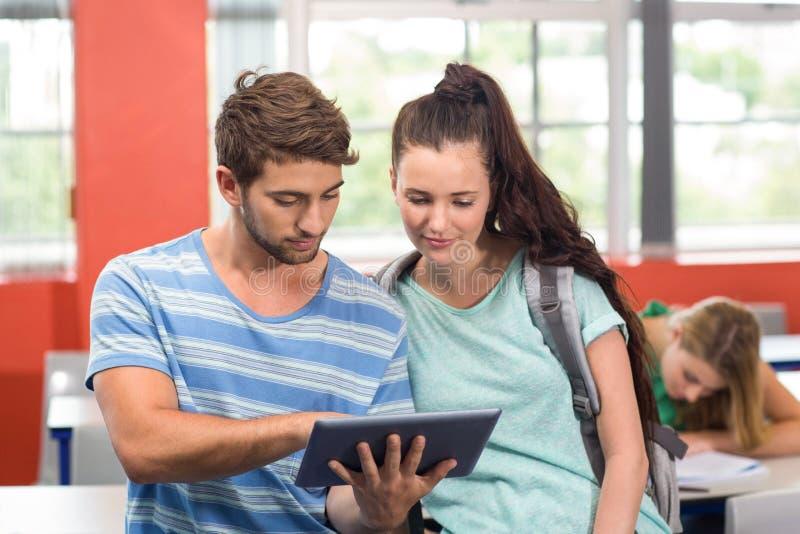Σπουδαστές που χρησιμοποιούν την ψηφιακή ταμπλέτα στην τάξη στοκ φωτογραφία με δικαίωμα ελεύθερης χρήσης