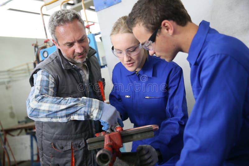 Σπουδαστές του plumbery με τον εκπαιδευτικό στοκ φωτογραφία