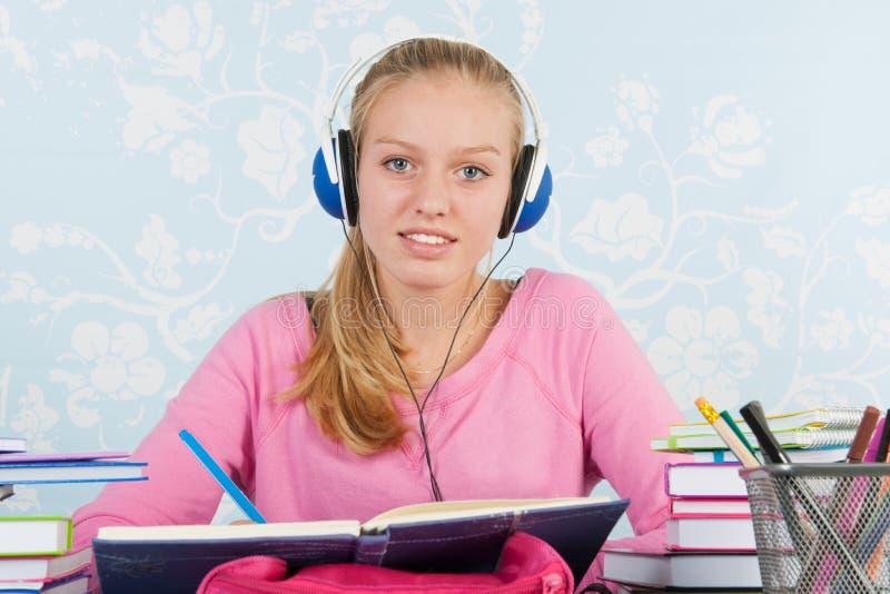 Σπουδαστής γυμνασίου με την εργασία στοκ φωτογραφία