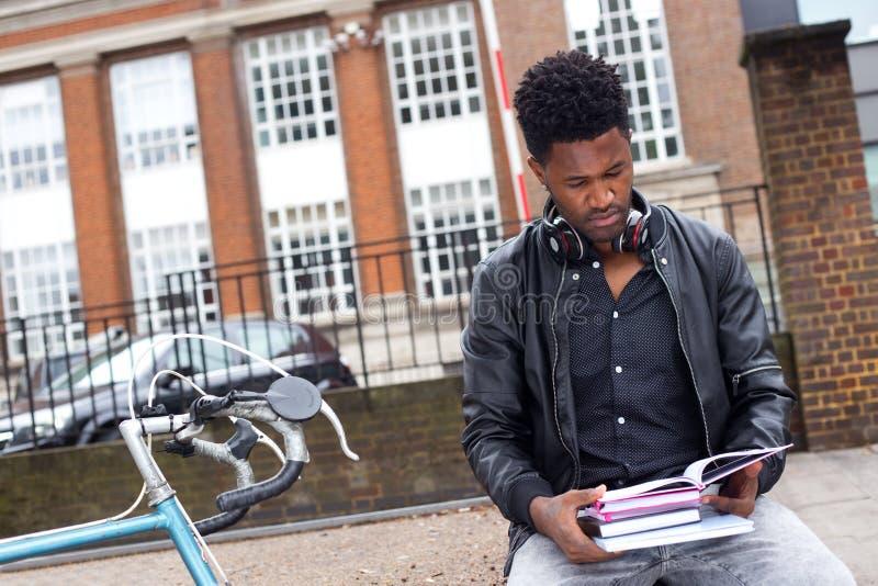 Σπουδαστής με τα βιβλία του στοκ φωτογραφίες