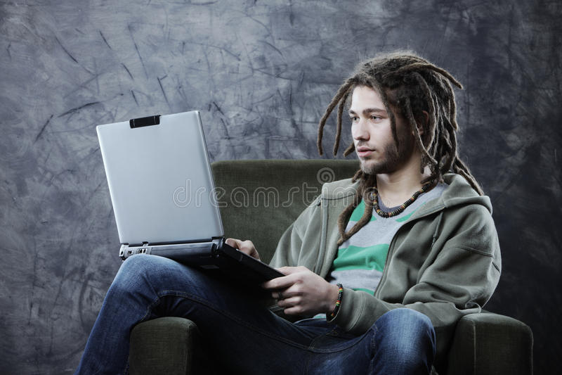 Σπουδαστής με το lap-top στοκ φωτογραφία