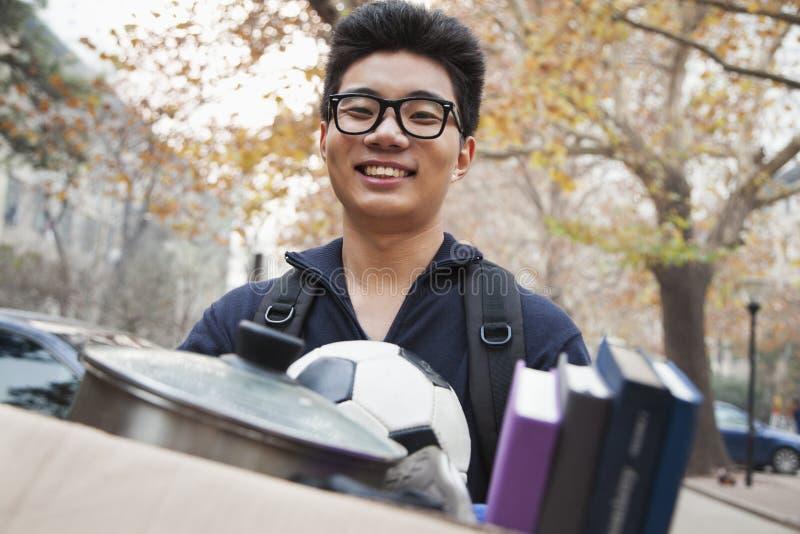 Σπουδαστής μπροστά από τον κοιτώνα στο κολλέγιο στοκ εικόνες