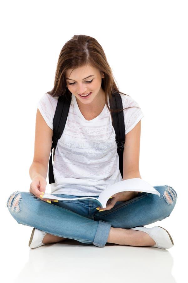 Σπουδαστής που διαβάζει ένα βιβλίο στοκ εικόνες