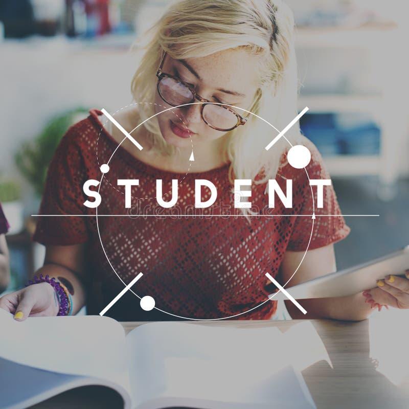 Σπουδαστής που μελετά την ακαδημαϊκή σχολική έννοια εκπαίδευσης στοκ φωτογραφία