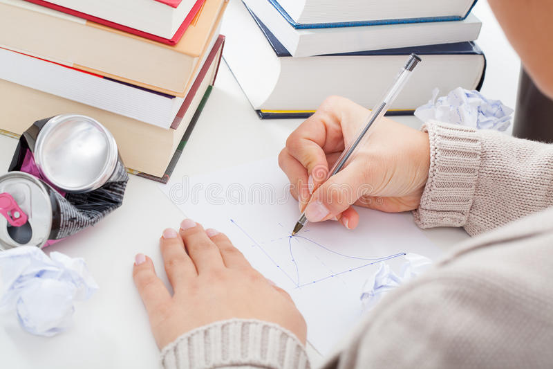 Σπουδαστής που σύρει ένα διάγραμμα στοκ εικόνες