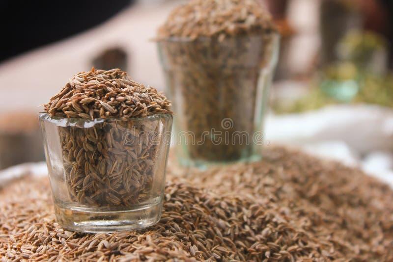 Σπόροι κύμινου στο γυαλί στην τοπική αγορά, ινδικά καρυκεύματα στοκ εικόνα με δικαίωμα ελεύθερης χρήσης