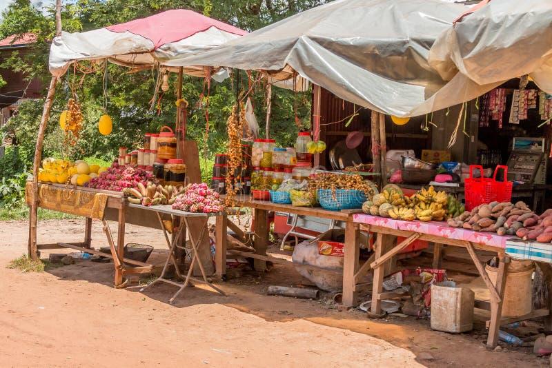 Στάβλοι πωλητών ακρών του δρόμου στην καμποτζιανή επαρχία σε Angkor Archae στοκ φωτογραφίες