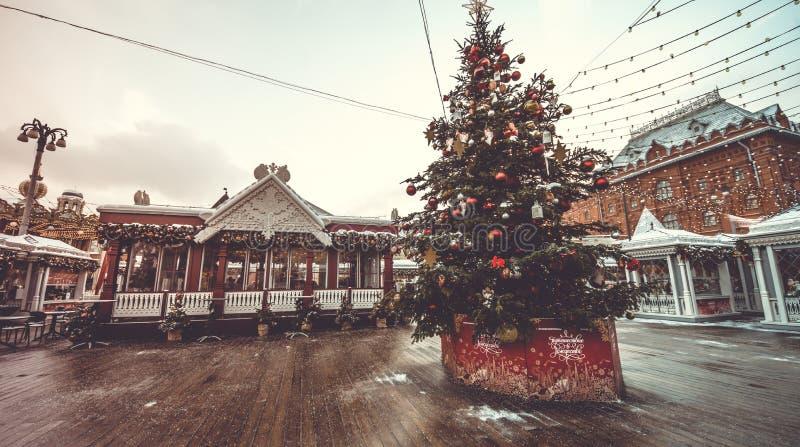 Στάβλοι Χριστουγέννων στο τετράγωνο και το χριστουγεννιάτικο δέντρο Υπαίθριο εκλεκτής ποιότητας ζωηρόχρωμο ιπποδρόμιο στην πόλη 1 στοκ εικόνες με δικαίωμα ελεύθερης χρήσης