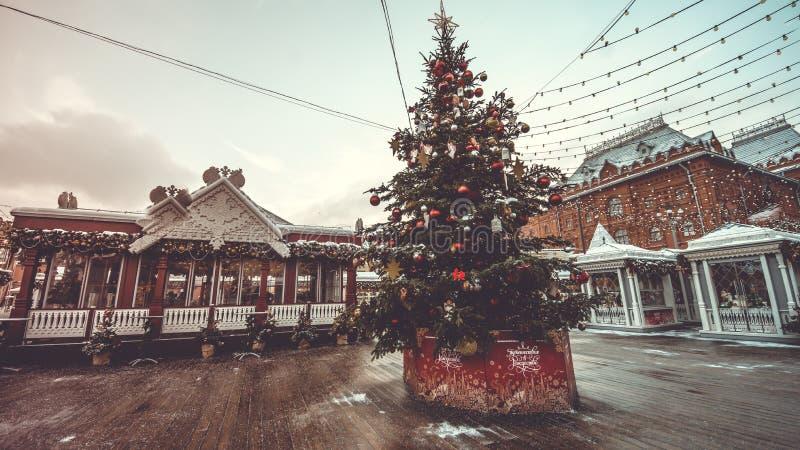 Στάβλοι Χριστουγέννων στο τετράγωνο και το χριστουγεννιάτικο δέντρο Υπαίθριο εκλεκτής ποιότητας ζωηρόχρωμο ιπποδρόμιο στην πόλη 1 στοκ φωτογραφίες με δικαίωμα ελεύθερης χρήσης