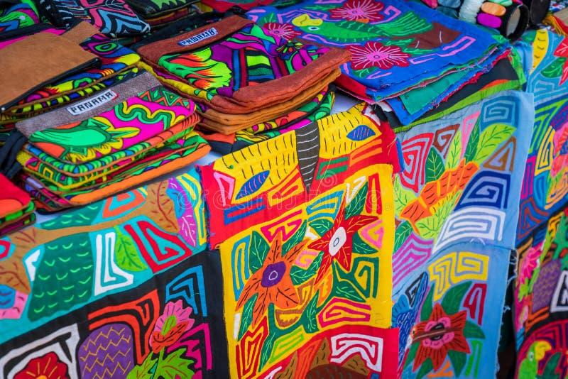 Στάβλος οδών με τα χειροποίητα αναμνηστικά από την πόλη του Παναμά στοκ εικόνες