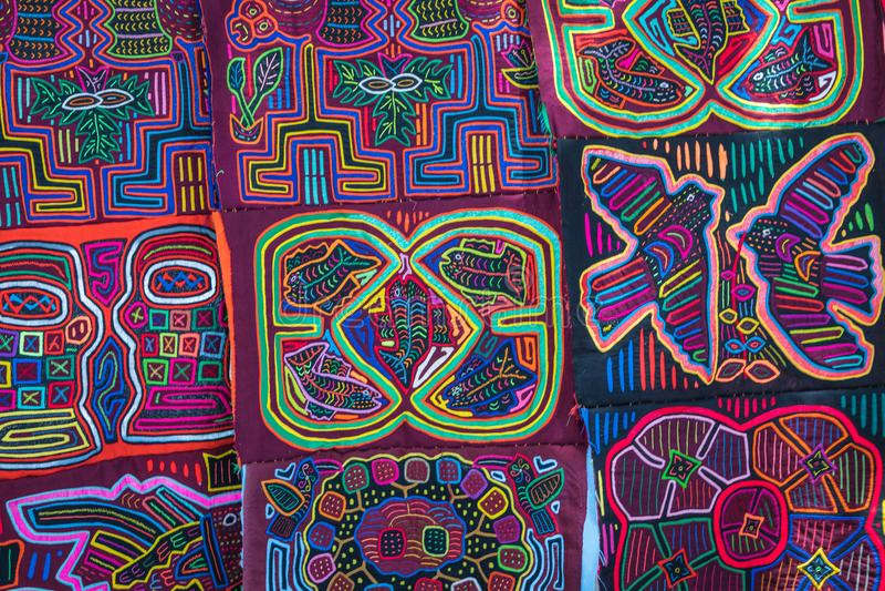Στάβλος οδών με τα χειροποίητα αναμνηστικά από την πόλη του Παναμά στοκ φωτογραφία