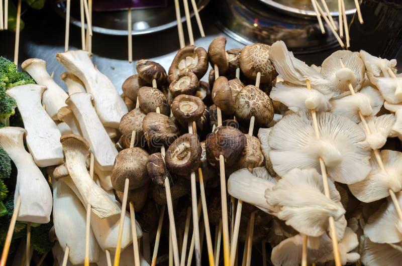Στάβλος τροφίμων οδών με το μανιτάρι στα ραβδιά, διαφορετικοί τύποι - porcini, champignon, στρείδι στοκ φωτογραφία