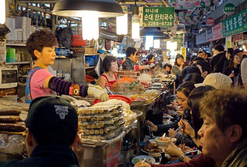 Στάβλος τροφίμων στην αγορά τροφίμων Gwangjang στη Σεούλ στοκ εικόνα με δικαίωμα ελεύθερης χρήσης