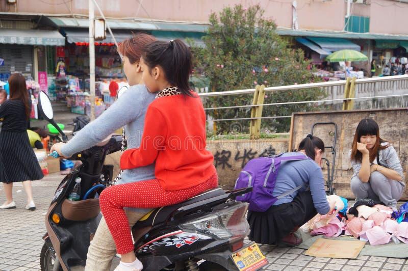 Στάβλοι ακρών του δρόμου που πωλούν τα μικρά προϊόντα στοκ εικόνα με δικαίωμα ελεύθερης χρήσης