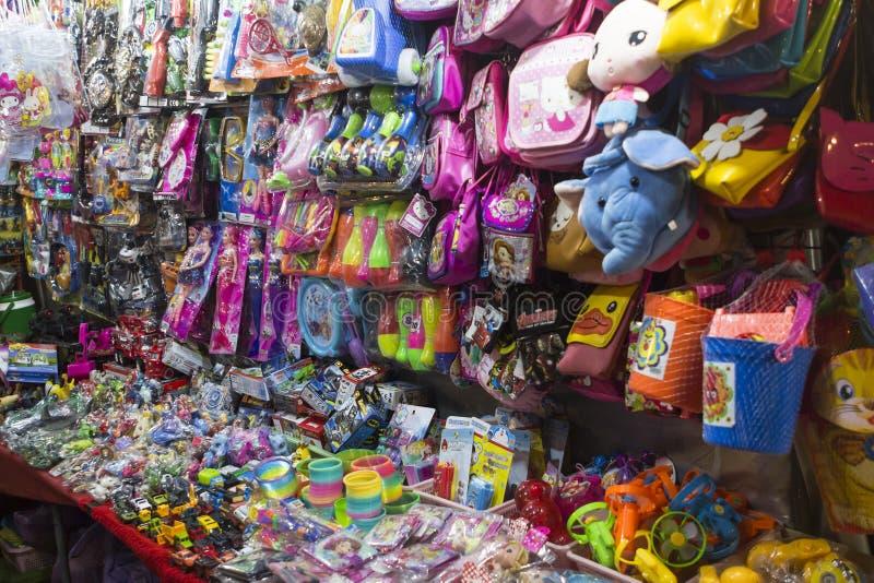 Στάβλος με τα αγαθά παιδιών στην αγορά νύχτας της Hua Hin, Ταϊλάνδη στοκ εικόνα