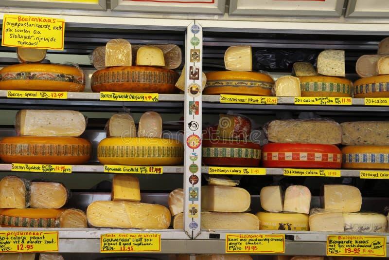 Στάβλος ολλανδικών τυριών στην αγορά στοκ εικόνες