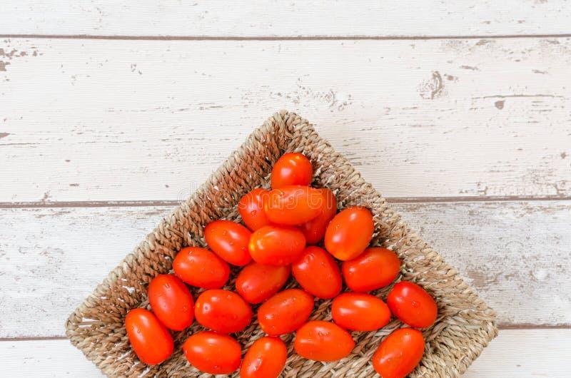 Στάζοντας κόκκινες ντομάτες στοκ εικόνα με δικαίωμα ελεύθερης χρήσης