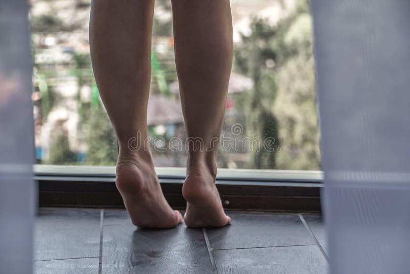 Στάθηκε στο μπαλκόνι και εξέτασε την απόσταση στοκ εικόνες με δικαίωμα ελεύθερης χρήσης