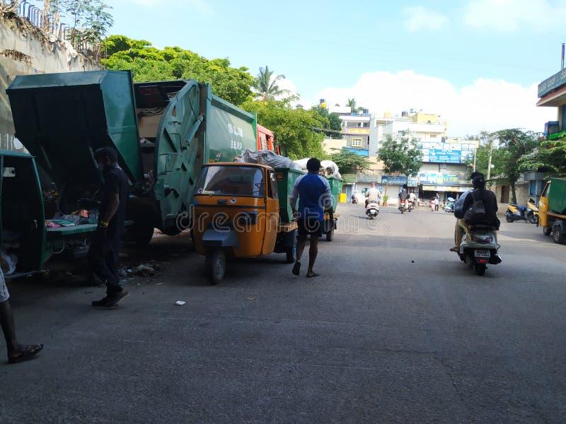Στάθμευση του φορτηγού μεταφοράς σκουπιδιών και του αυτοκινήτου Rickshaw κάτω από τη γέφυρα Laggere στοκ εικόνα με δικαίωμα ελεύθερης χρήσης