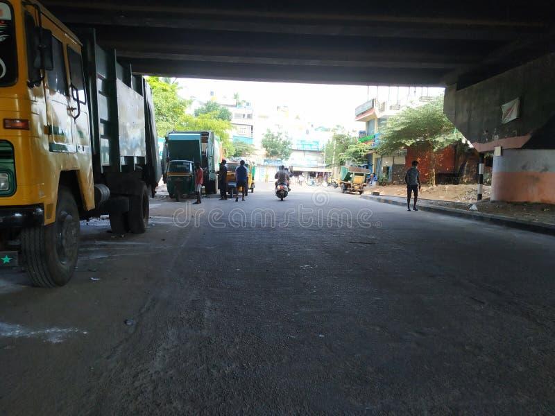 Στάθμευση του φορτηγού μεταφοράς σκουπιδιών και του αυτοκινήτου Rickshaw κάτω από τη γέφυρα Laggere στοκ φωτογραφία με δικαίωμα ελεύθερης χρήσης
