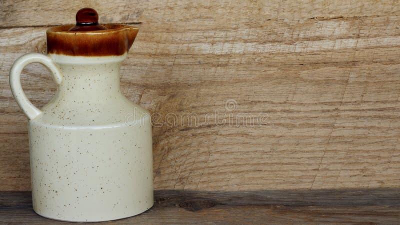 Στάμνα κορφολόγων σε ένα ξύλινο υπόβαθρο στοκ εικόνα