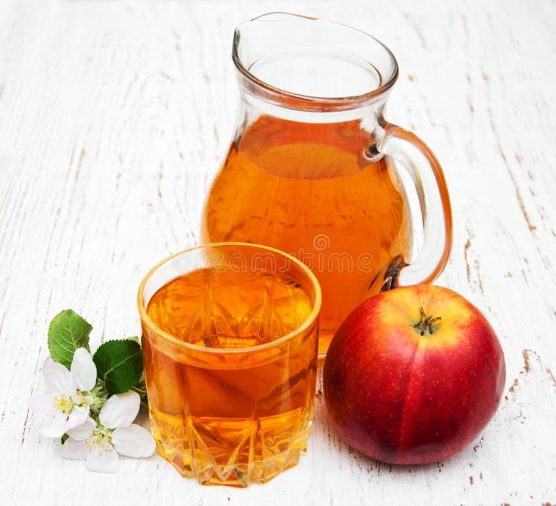 Στάμνα με το χυμό μήλων στοκ εικόνες με δικαίωμα ελεύθερης χρήσης