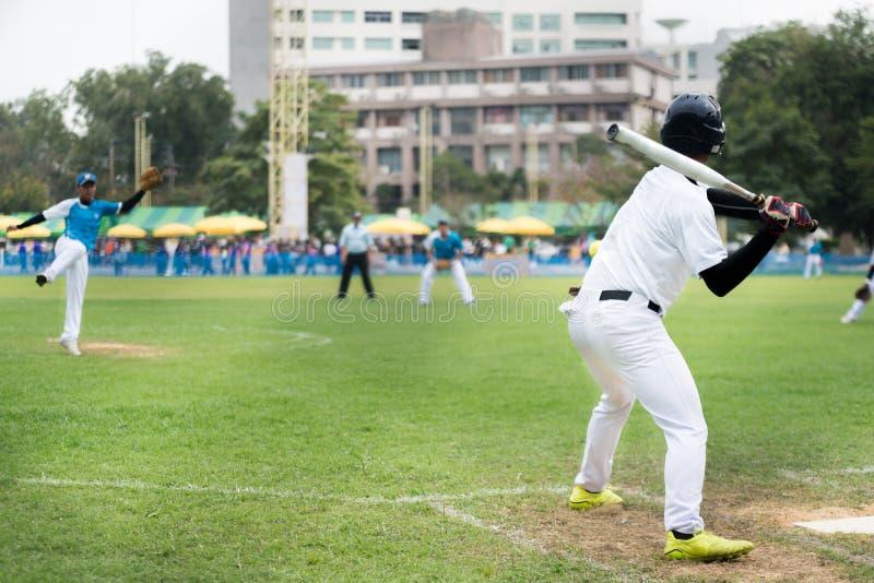 Στάμνα σόφτμπολ που ρίχνει τη σφαίρα καμπυλών στο κτύπημα στοκ εικόνες με δικαίωμα ελεύθερης χρήσης