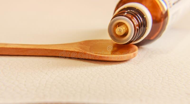 Στάξτε τον ιατρικό σε ένα ξύλινο κουτάλι, κλείστε επάνω στοκ εικόνες με δικαίωμα ελεύθερης χρήσης