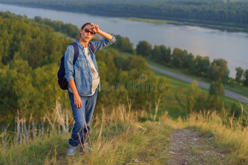 Στάσεις εγκύων γυναικών σε έναν λόφο στοκ εικόνα με δικαίωμα ελεύθερης χρήσης